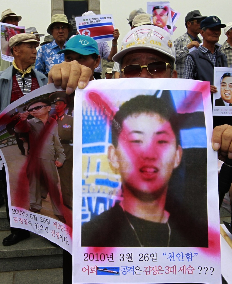 <p>Protesters denounce the North Korea government while holding portraits of former North Korean leader Kim Jong Il's son Kim Jong Un, as they prepare to launch balloons carrying leaflets condemning the North Korean government, near the border of Imjingak In Paju on June 10, 2010.</p>
