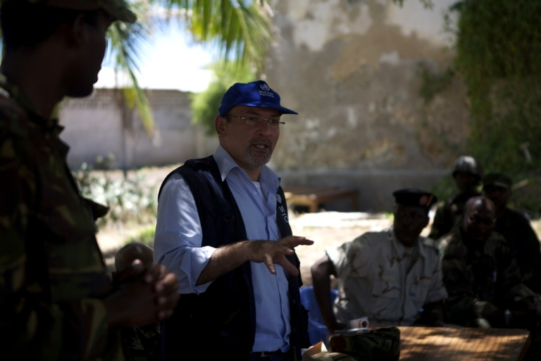 <p>Dr. Omar Saleh, World Health Organization (WHO) emergency coordinator for Somalia, speaks to workers, local people and security officials at Kismayo General Hospital.</p>