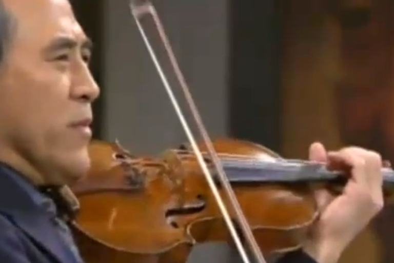<p>Violinist Lynn Chang plays a tribute to imprisoned Chinese writer Liu Xiaobo in Oslo in 2010.</p>