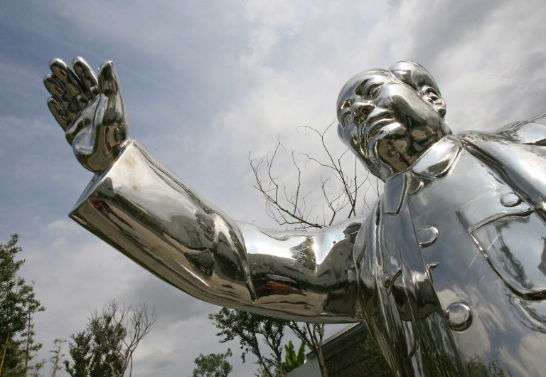 <p>A statue of former Chinese leader Mao Zedong is seen at an art complex in Shanghai, 07 September 2006.</p>