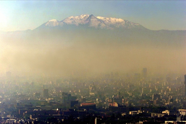 <p>Pollution blankets Mexico City against a backdrop of the Iztaccihuatl volcano.</p>