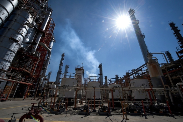<p>The structures used to precess oil at Mexican state-owned petroleum company PEMEX refinery in Tula, Hidalgo state, Mexico. (OMAR TORRES/AFP/Getty Images)</p>