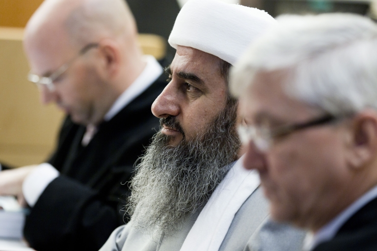<p>Mullah Krekar (C), founder of the Kurdish Islamist group Ansar al-Islam, sits between his lawyers in an Oslo court on February 15, 2012.</p>