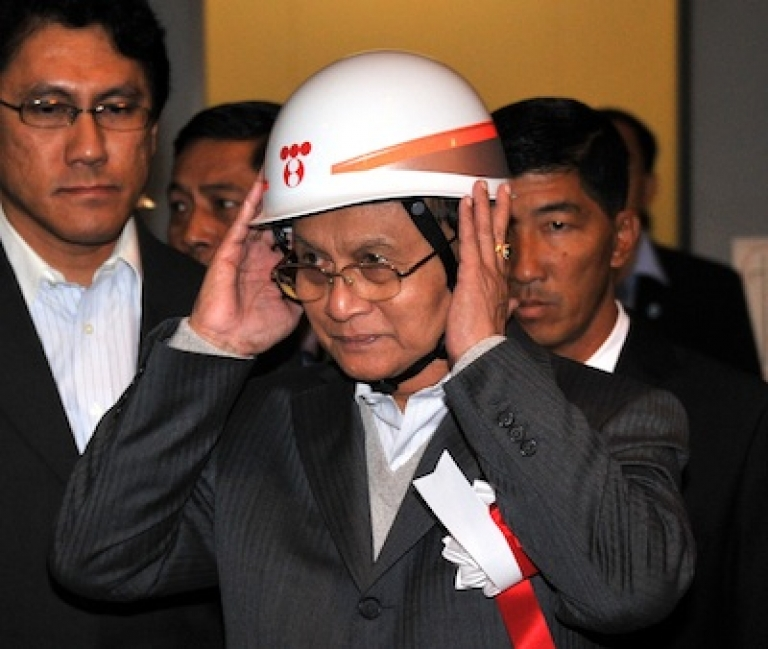 <p>Myanmar's President Thein Sein visits a Japanese power plant on April 22, 2012.</p>