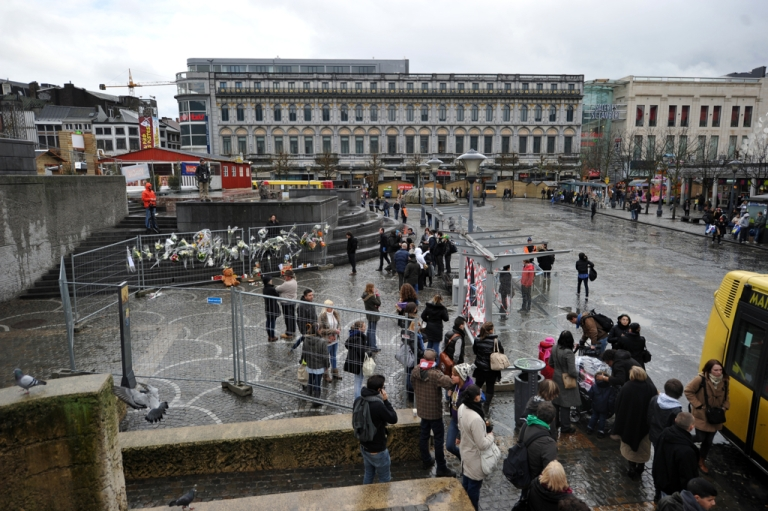 <p>People pay tribute at the site of the December 13 shooting on the Place Saint-Lambert in Liege, December 14 , 2011.</p>