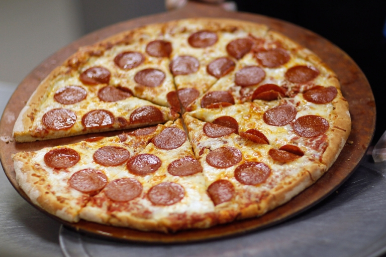 <p>A new study suggests ordering food online means fattier and more complicated meals.</p>