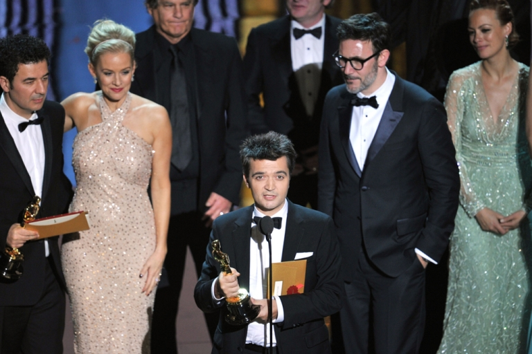 <p>(L-R) Composer Ludovic Bource,actress Penelope Ann Miller, producer Thomas Langmann, director Michel Hazanavicius and actress Berenice Bejo accept the Best Picture Award for 'The Artist' onstage during the 84th Annual Academy Awards.</p>