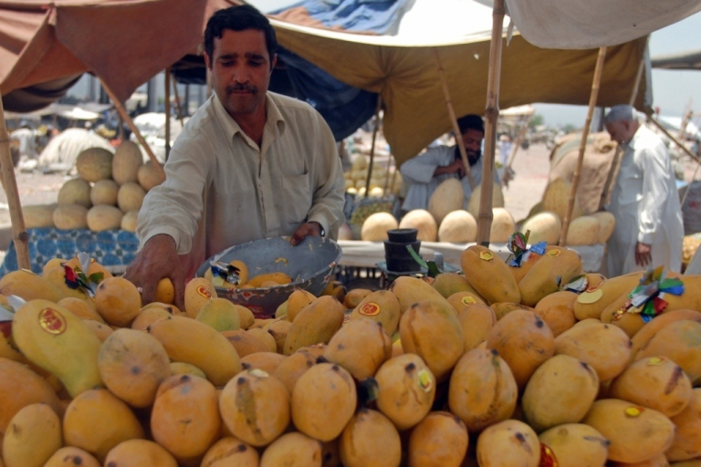 <p>A Pakistani fruit vendor sells mangoes in a fruit market in Islamabad on July 4, 2009.</p>