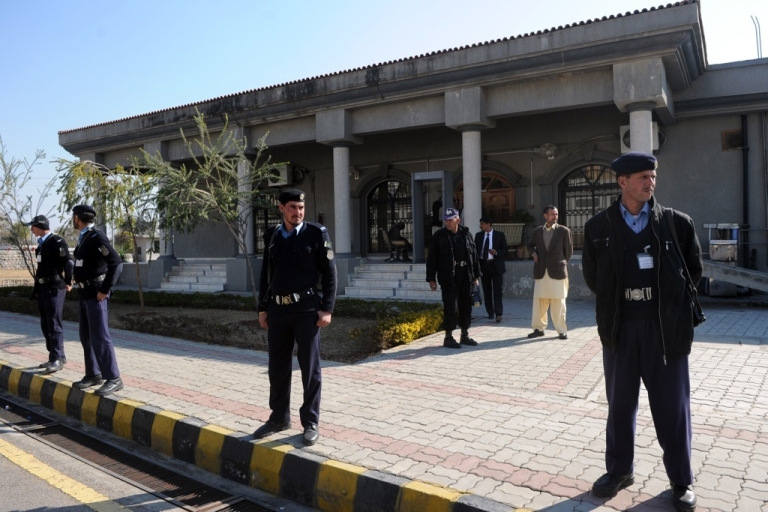 <p>Pakistani policemen stand guard in front of the country's High Court.</p>