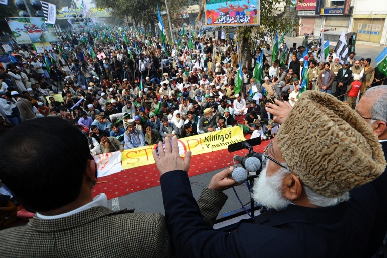 <p>Qazi Hussain Ahmad (R), leader of Jammat-e-Islami Pakistan addresses the crowd during the Kashmir Solidarity Day rally in Lahore on February 5, 2011.</p>