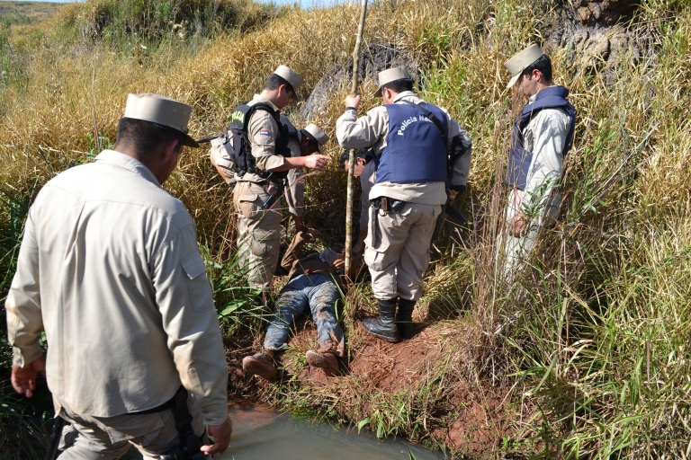 <p>Police retrieve the body of a peasant shot dead during clashes that occurred during an eviction of squatters, in Curuguaty, 250 km (155 miles) northeast of the capital Asuncion.</p>