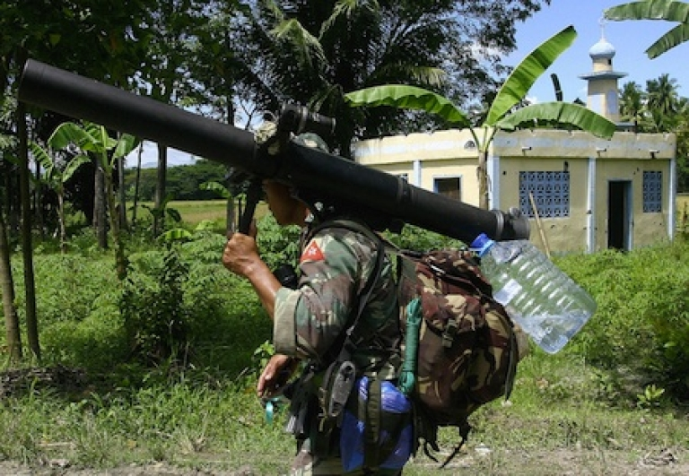 <p>A Filipino soldier totes a recoilless rifle in Datu Saudi Ampatuan town in the southern Philippines in 2008.</p>