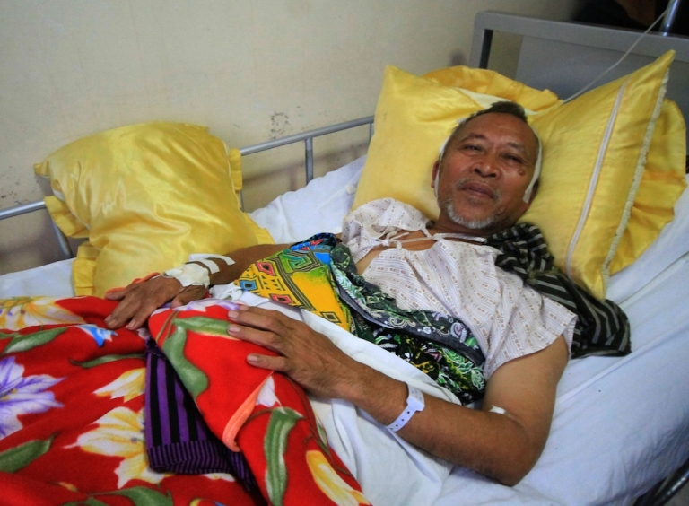 <p>Mayor Abdul Malik Manamparan of Nunungan town recuperates at a hospital in Iligan City, Lanao del Norte province, on the southern island of Mindanao on April 26, 2013, after he and his suppporters were ambushed late April 25.</p>