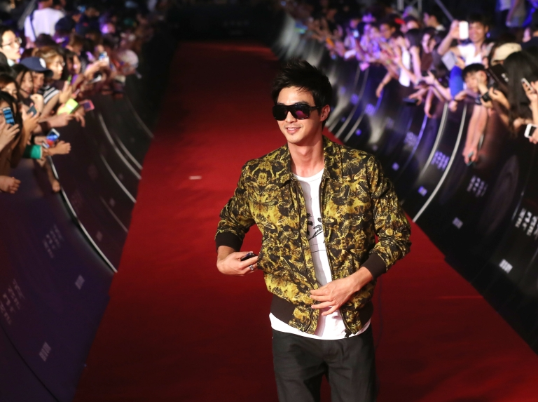 <p>This photo taken on July 29, 2013 shows South Korean actor Kim Ji-hoon arriving on the red carpet to attend the premiere of the film 'Snowpiercer' in Seoul. 'Snowpiercer,' Korea's most expensive film, will be released in the US.</p>