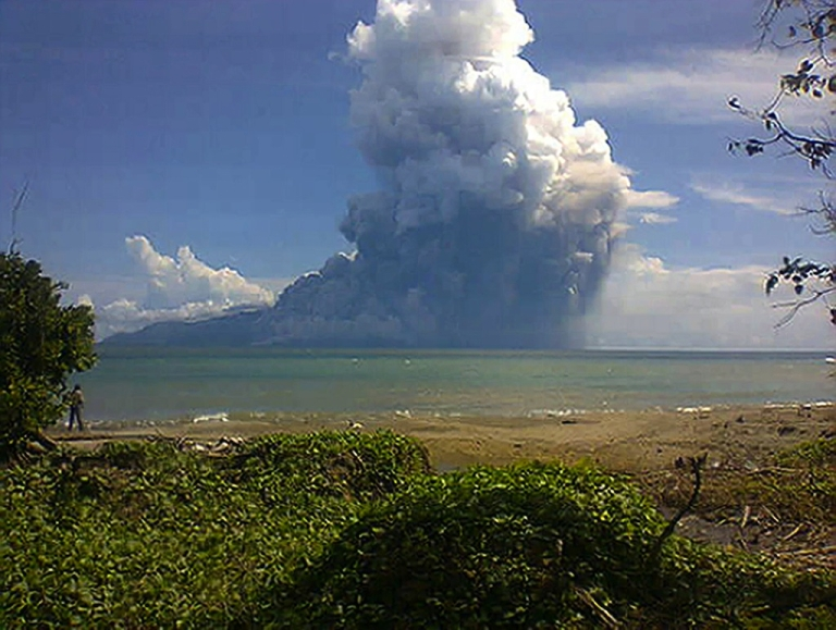 <p>The photo taken from the Maurole district of East Nusa Tenggara province with a camera phone shows Mount Rokatenda volcano spewing a huge column of hot ash during an eruption on August 10, 2013.</p>