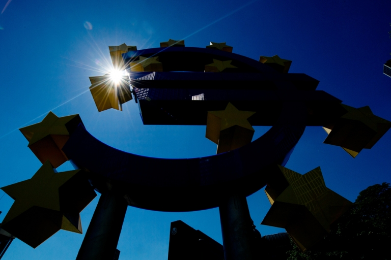 <p>The sun shines behind the euro logo outside European Central Bank in central Germany, on August 1, 2013.</p>