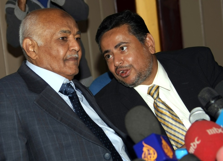 <p>Yemen's Prime Minister Mohammed Salem Basindwa (L) speaks to a media spokesman for the National Dialogue Council in Sanaa on November 29, 2011.</p>