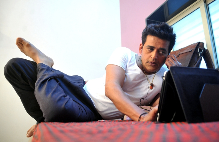 <p>Indian Bollywood actor Ravi Kishan relaxes during filming on May 7, 2013.</p>