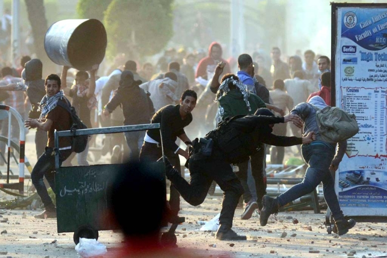 <p>Egyptian students clash with riot police in Cairo on Dec, 10, 2013.</p>