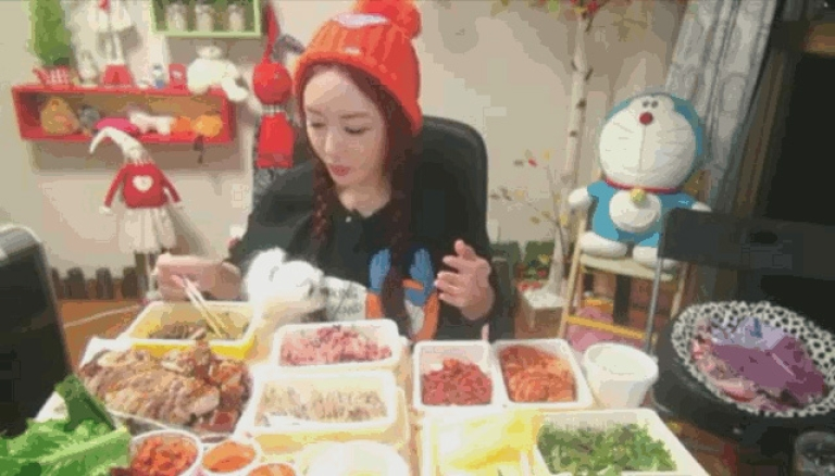 <p>The Diva, a broadcast jockey on Afreeca TV, enjoys her dinner while live-streaming it to thousands of fans.</p>