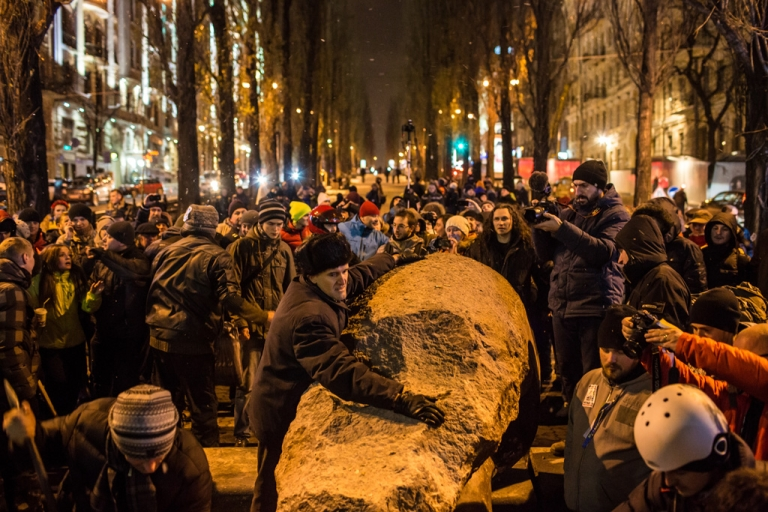 <p>A man tries to stop anti-government protesters from destroying a statue of Russian communist revolutionary leader Vladimir Lenin on Dec. 8, 2013 in Kyiv, Ukraine.</p>