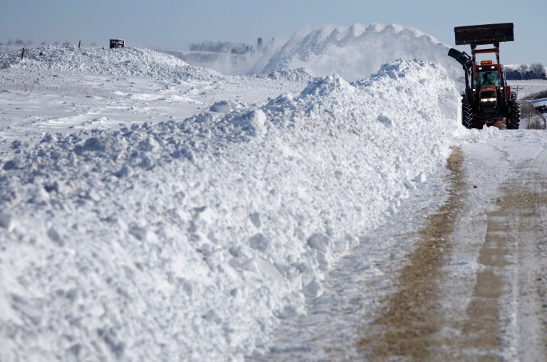 <p>A massive snow storm pummelled the US Plains and Midwest Thursday causing flight delays, shutting down schools and disrupting traffic.</p>