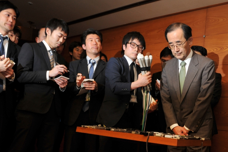 <p>Bank of Japan (BOJ) governor Masaaki Shirakawa (R) meets with the press at the BOJ headquarters in Tokyo on Feb. 5, 2013. Shirakawa has announced that he would step down on March 19, about three weeks before his term ends.</p>
