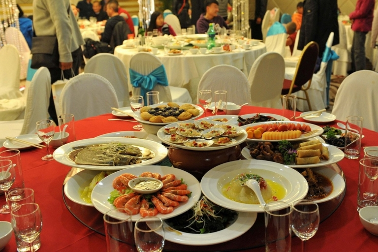 <p>A table setting from a banquet in Kunming, Yunnan province. No one was seated at this table, so all the food went to waste. [WenxueCity.com]</p>