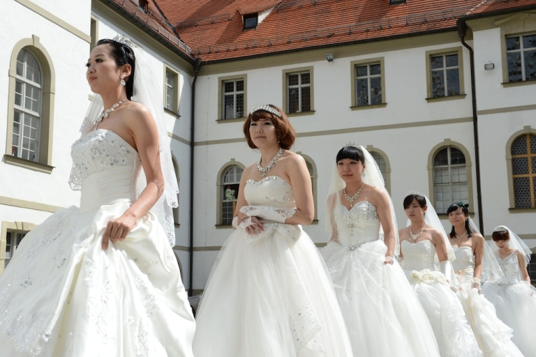 <p>Chinese brides arrive for their re-enacted wedding in Fuessen, southern Germany, on May 31, 2012.</p>