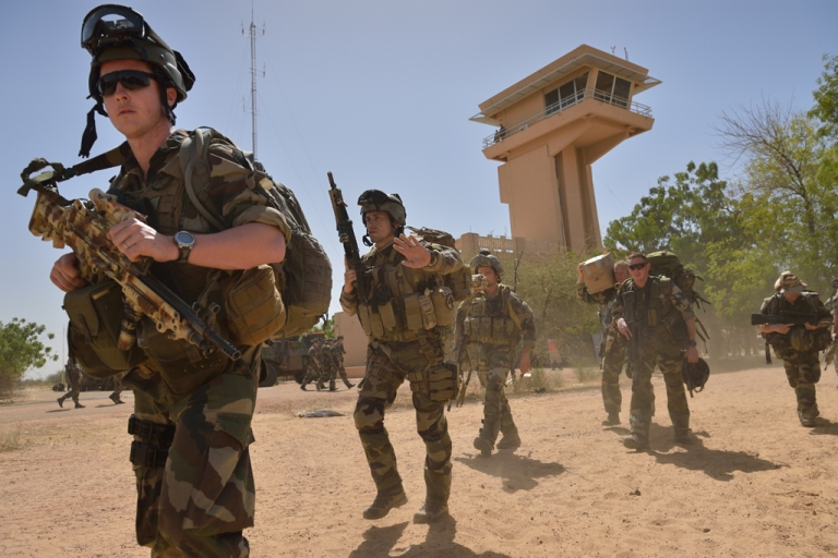 <p>French legionnaires who parachuted onto Timbuktu on January 28, 2013 to recapture the northern Malian desert city walk on January 30  at Timbuktu airport to board a plane to return to their base in Abidjan. French troops on January 30 entered Kidal, the last Islamist bastion in Mali's north after a whirlwind Paris-led offensive, as France urged peace talks to douse ethnic tensions targeting Arabs and Tuaregs.</p>