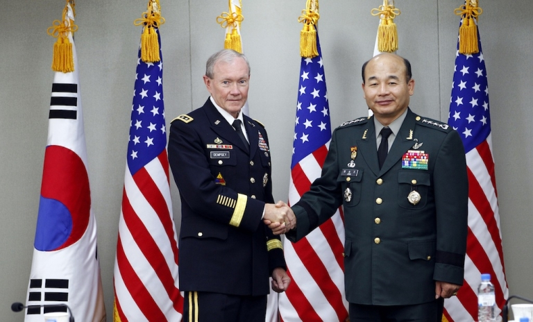 <p>General Jung Seung-jo meets with US Army Gen. Martin E. Dempsey, chairman of the Joint Chiefs of Staff.</p>