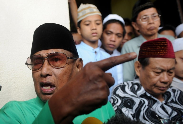 <p>Jamalul Kiram, sultan of the southern Philippine island chain of Sulu, tells reporters that his armed followers who have crossed over to Malaysia will continue to demand land that historically belonged to his sultanate. (NOEL CELIS/AFP/Getty Images)</p>