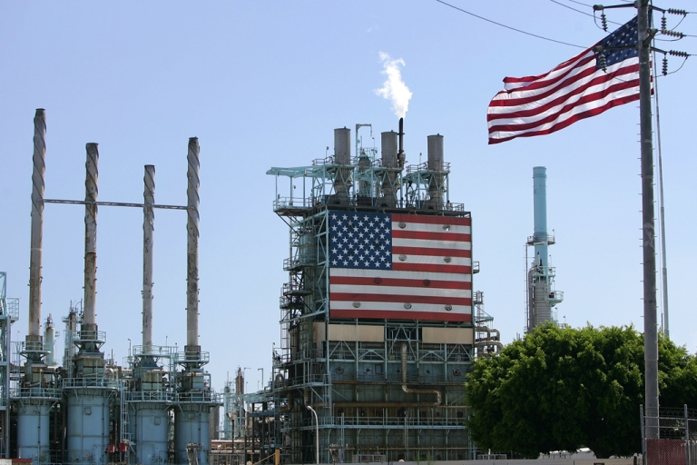 <p>The BP West Coast Products LLC Carson oil refinery is seen on Aug. 7, 2006, in Carson, Calif. A growing oil supply glut in the Midwest and the inability to transport supplies has created the widest price differential of the year between the world's largest oil futures contracts.</p>