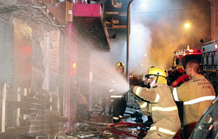 <p>Firefighters try to put out a fire at a nightclub in Santa Maria, 550 Km from Porto Alegre, southern Brazil on January 27, 2012.</p>