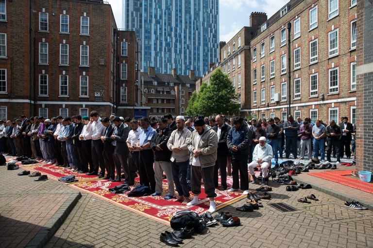 <p>Muslims attend Friday prayers in the sunshine at the BBC Community Centre in the Spitalfields area, close to the Square Mile, in London, England.</p>