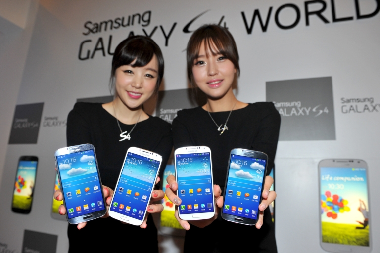 <p>The new Galaxy S4 smartphone, which went on sale in April, has helped the South Korean giant gain on US rival Apple.</p>
