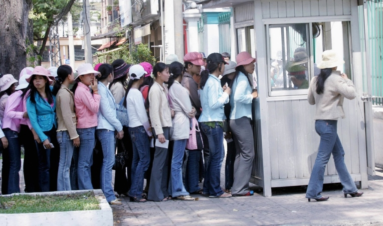 <p>US prosecutors have charged a State Department official with accepting bribes in return for issuing visas to Vietnamese nationals. Here, women applying for visas queue up outside the South Korean consulate in Ho Chi Minh city, 15 March 2007.</p>