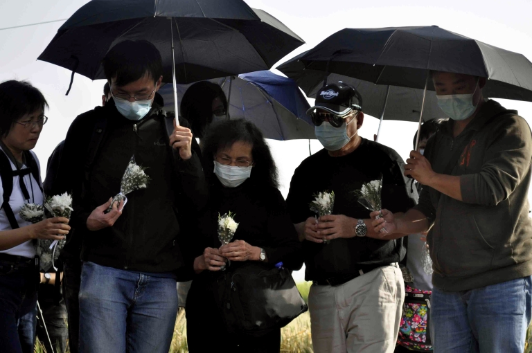 <p>Relatives of Hong Kong victims of a hot air balloon accident wait to lay flowers at the site of its crash in the Egyptian ancient temple city of Luxor on March 2, 2013.</p>