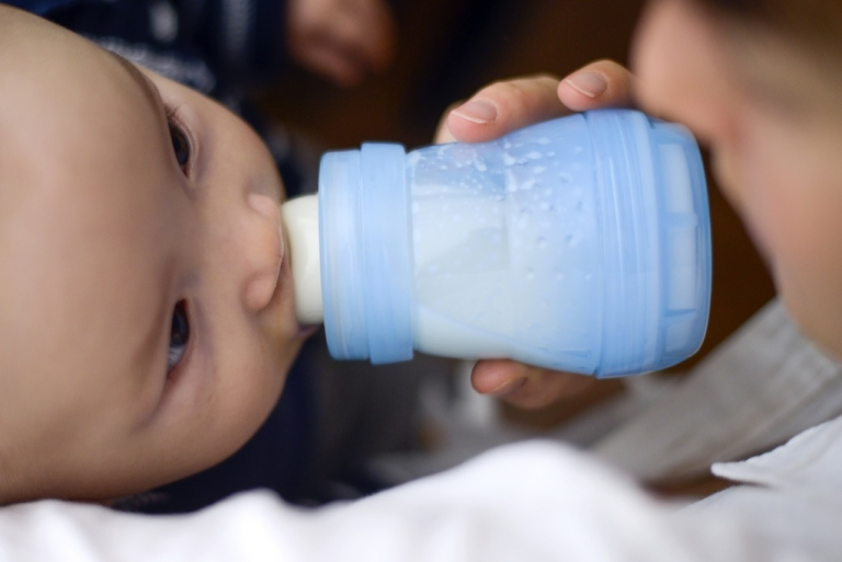 <p>Parents should wait until their infants are at least 6 months old before offering them solid foods, recommends the American Academy of Pediatrics.</p>