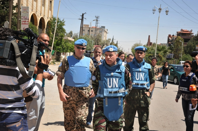 <p>Moroccan Colonel Ahmed Himmiche (C), head of the UN observers' advance team tours Duma, in the suburb of the capital Damascus, on May 5, 2012.</p>