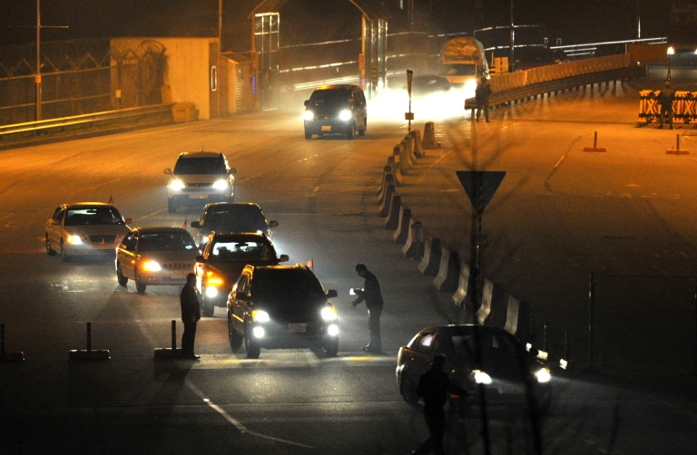 <p>South Korean cars returning from inter-Korean Kaesong Industrial Complex in North Korea, arrive at a gate of the inter-Korean transit office in the border city of Paju on April 30, 2013.</p>