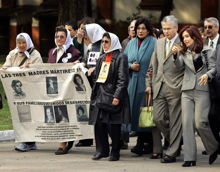 <p>Cristina Fernandez de Kirchner (R) and members of the human rights group