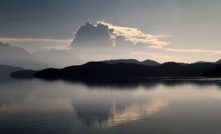 <p>View of the plume of Chilean volcano Puyehue reflected on Nahuel Huapi lake in Bariloche, Rio Negro, some 1600 km southwest of Buenos Aires, on June 21, 2011. The ash cloud created by the eruption threatened to put an end to the tourist season at the Argentine skiing resort of Bariloche, just 100 kilometers (60 miles) southeast of Puyehue.</p>