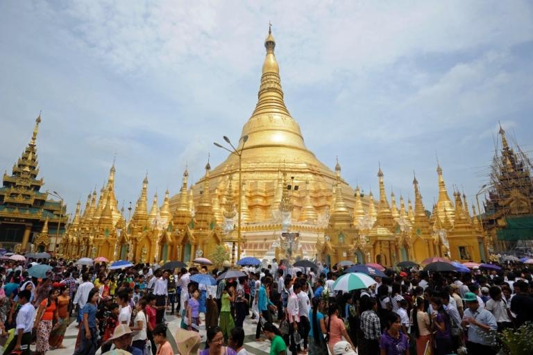 <p>Myanmar devotee visit Shwedagon pagoda on the full moon day of Kasone Festival to mark Buddha's Birthday in Yangon on May 24, 2013.</p>