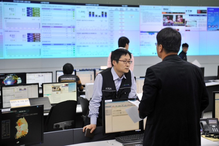 <p>Members of the Korea Internet Security Agency check on cyber attacks at a briefing room of KISA in Seoul on March 20, 2013.</p>