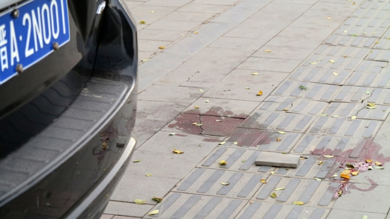 <p>Bloodstains on the sidewalk after an explosion outside a provincial headquarters of China's ruling Communist Party in Taiyuan, north China's Shanxi province on November 6, 2013.</p>