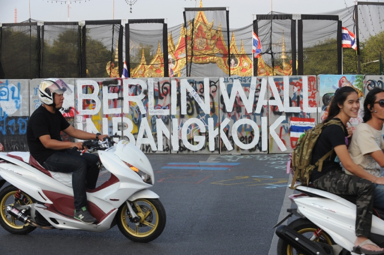 <p>A barricade on a road leading to the Government House in Bangkok on Nov. 30, 2013.</p>