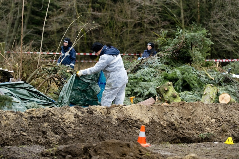 <p>Dresden police on Friday search for evidence in the garden of a colleague where body parts were found.</p>
