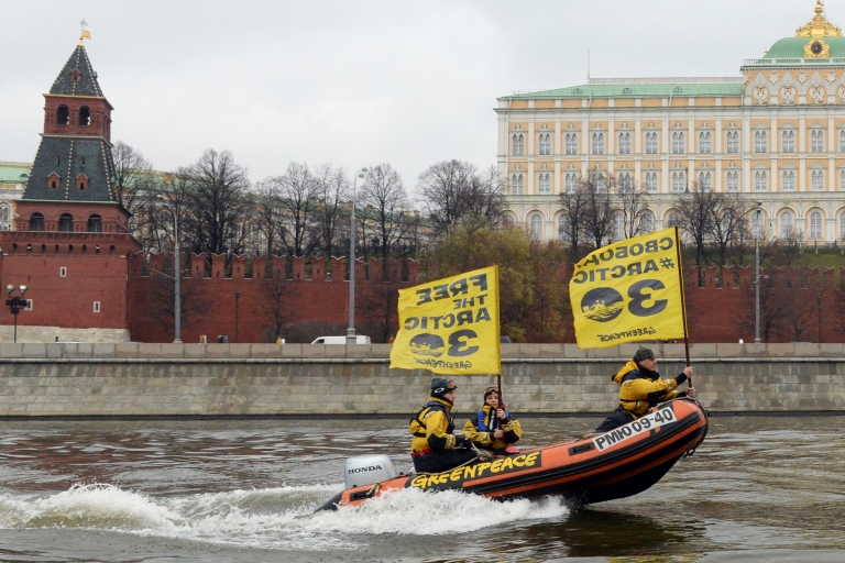 <p>Greenpeace activists pass the Kremlin.</p>