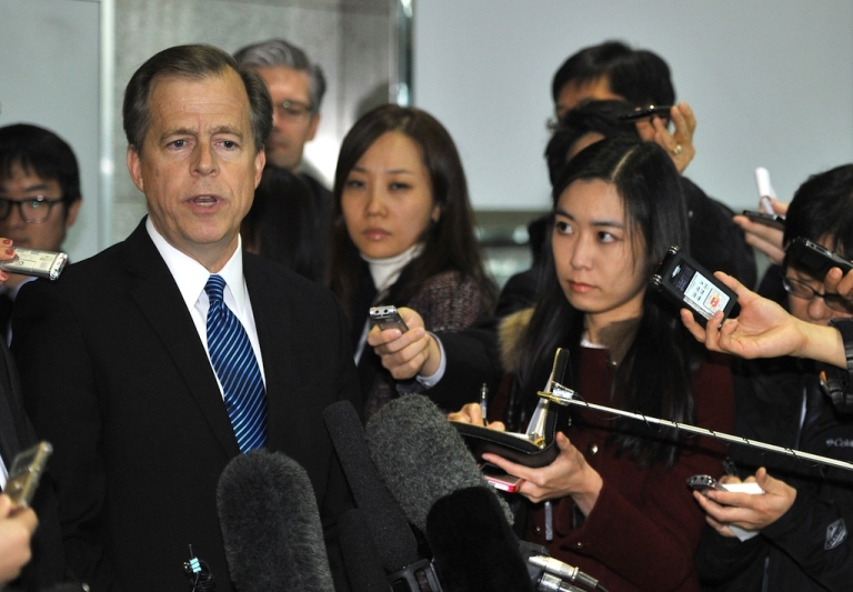 <p>US Special Representative for North Korean Policy Glyn Davies (L) speaks to the media after a meeting with South Korean officials at the foreign ministry in Seoul on Nov. 22, 2013.</p>